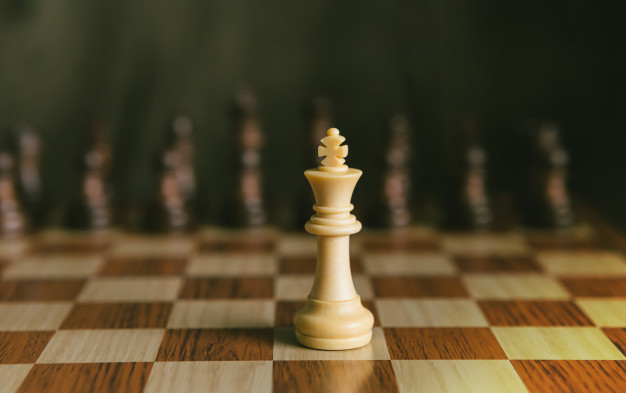 chess-game-the-only-one-white-king-fight-with-black-chess_41911-13